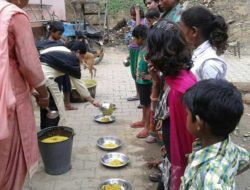 SERVING-KHICHRI-TO-LEPORACY-PEOPLE